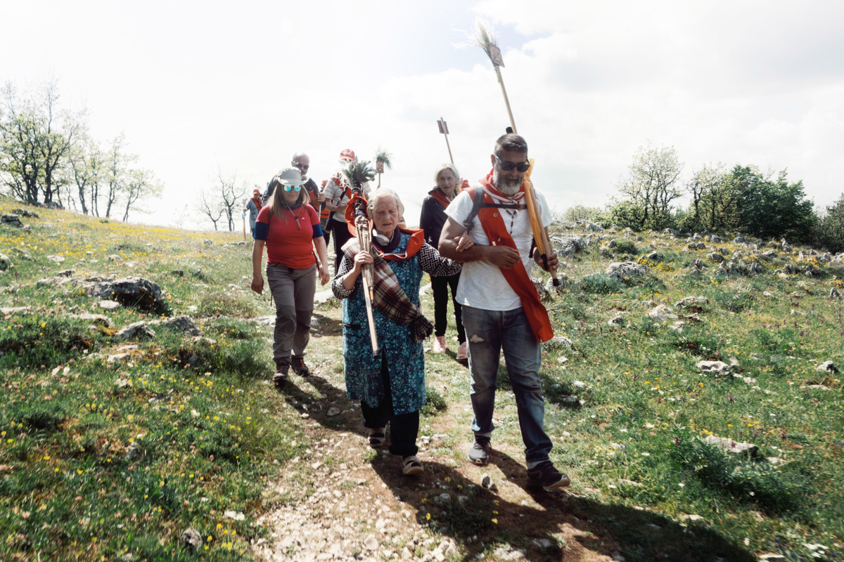 03. La compagnia dei pellegrini di San Salvo è piuttosto eterogenea. L'aiuto reciproco è alla base dello spirito di solidarietà che si respira durante i  giorni di convivenza del cammino. Questa eterogeneità rende questa compagnia unica.