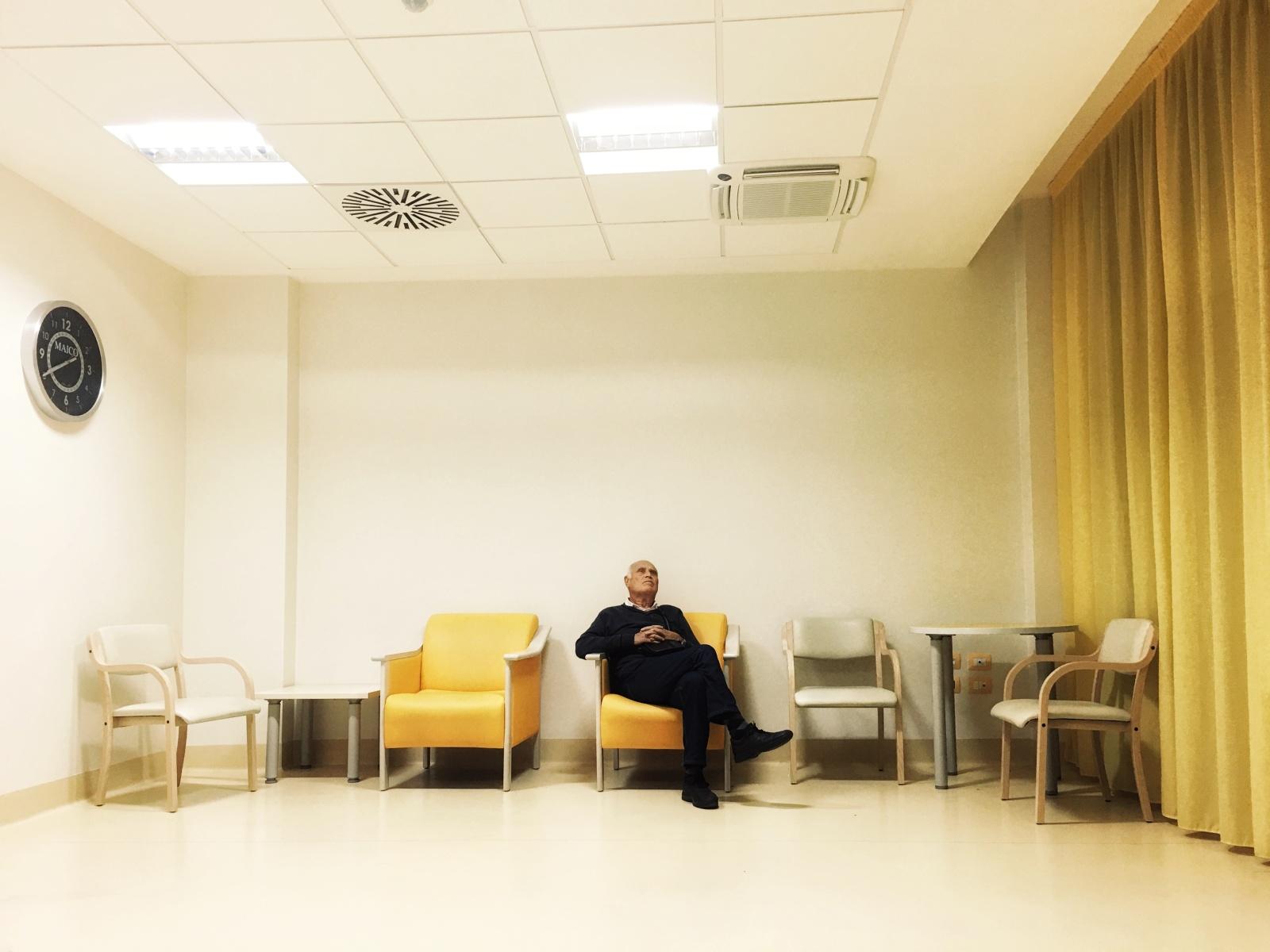 Bari, 2017. Un parente riposa su una delle poltrone della sala di attesa del reparto, durante una notte di assistenza al degente.