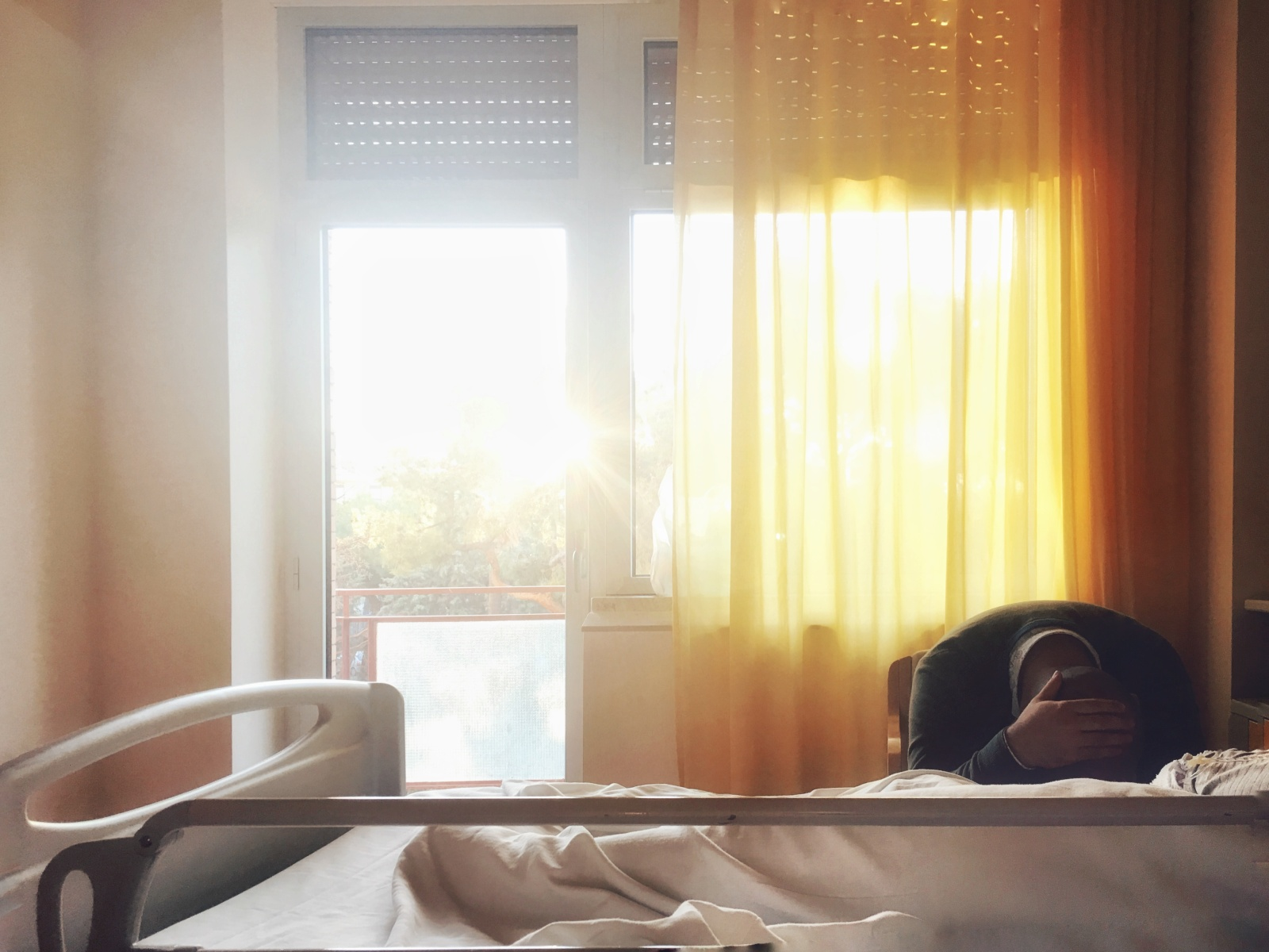 Bari, 2017. Il marito di una paziente, che ha appena subito un intervento all'orecchio, riposa accanto alla moglie.