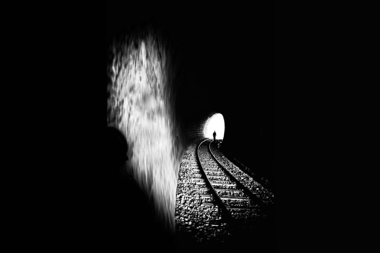 01. Psycho Killer - Lui era nel buio. Da molto tempo. Forse, da sempre. Ovunque fosse, ovunque si trovasse, Lui passava inosservato. Lui non era. Lui era il buio. Ogni giorno percorreva il tunnel delle sue ossessioni, verso quella macchia di luce lontana, intensa e irraggiungibile. E dentro quella luce, tutto un mondo, fatto di vite, di storie, di emozioni e di amori. Un mondo che intuiva, che a volte percepiva ma, sapeva, essergli precluso. I binari del suo incubo lo costringevano a muoversi in un'unica direzione. Ogni giorno, il suo stato, il suo dolore, i suoi pensieri, lo portavano ad ingurgitare grandi quantità di pece, di pece nera, densa e rovente, che gli bruciava il cuore e gli invischiava la mente. Sapeva chi era ma, soprattutto, sapeva di non essere. Aveva un solo modo per uscire dal profondo, opprimente buio che riempiva la sua esistenza, anche se per pochi istanti, per trasfondersi in quel mondo estraneo, ostile, ma desiderato. E, quando l'incendio dei suoi tormenti, bruciava e consumava le sue ultime resistenze, sapeva che doveva agire, sapeva che doveva varcare quel limite, quel confine, che separano la luce dal buio. Era in quelle vite, fatte di luce, che doveva entrare. Solo così sarebbe stato considerato, solo così sarebbe esistito. Lui voleva essere. 2010 ©renépiras  To be continued...