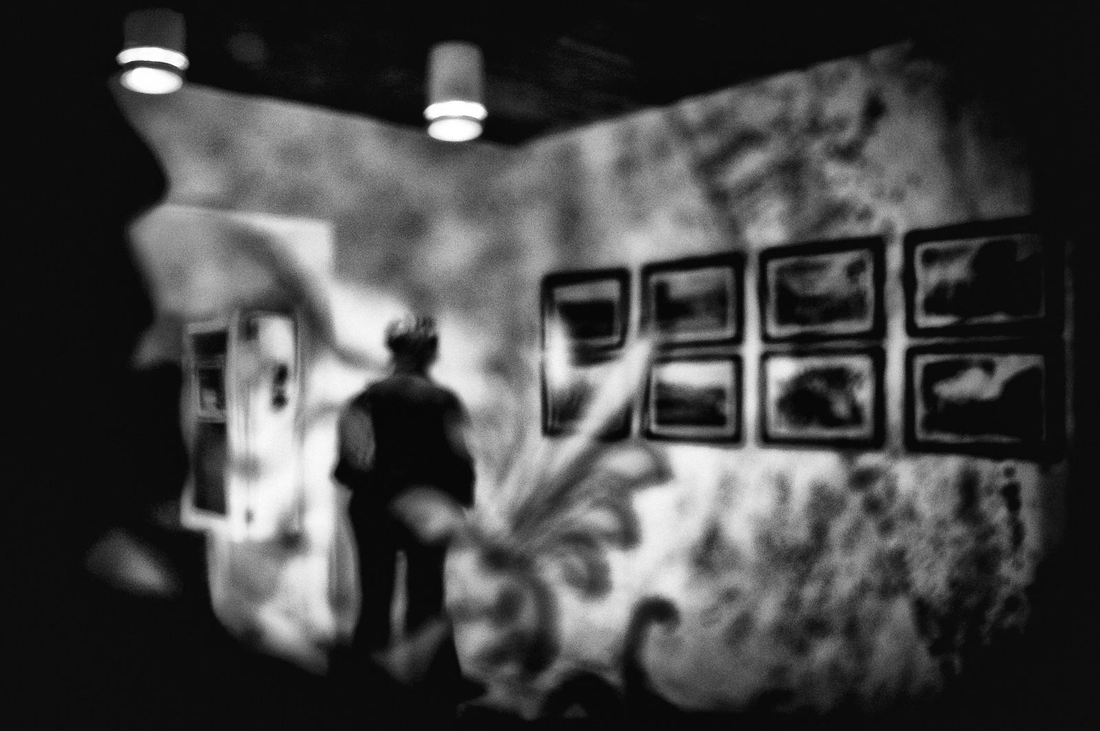 02. Psycho Killer - Lui era lì, non sapeva dove ma, era proprio lì che voleva essere. Lei apparve, inaspettatamente, dove Lui non avrebbe potuto immaginare, come materializzata dalla sua ossessione. Lei osservava isolata dal contesto, con rilassato interesse, una serie di foto che sembravano incantarla. Solo un vetro sottile, decorato con delicati disegni ma ruvido, opaco, sporco, come il suo stato mentale, lo separava da lei. Lentamente, il malessere, che da sempre lo seguiva come un'ombra si stava impossessando del suo volere. Un passato torbido e cupo stava occupando la sua mente. Un senso di calore opprimente gli stava facendo perdere il senso della realtà. Il sudore alle mani e sul viso gli fecero capire quel che stava accadendo. L'affanno del suo respiro diventato pesante come il suo cuore pulsante lo stava assordando. L'abbondante secrezione di saliva lo costrinse a tenere aperta la bocca; le labbra iniziarono a tremare, la vista offuscata gli deformò la scena. Una forza ignota dissociava la sua identità e, dolorosamente lo lacerava. Non poteva più resistere, qualcosa doveva fare e, sapeva che cosa...  2011 ©renépiras  To be continued...