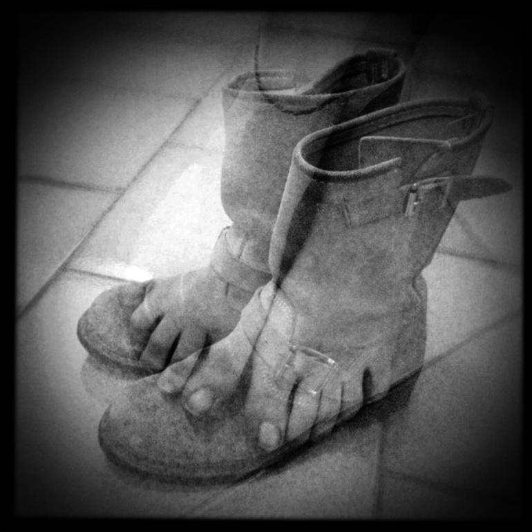 Stivali/piedi - Non si tratta solamente di scarpe preferite ma, quasi, di uniche scarpe! Mia madre mi racconta spesso che sin da piccola esigevo stivali. Non volevo, esigevo.