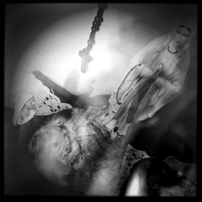 Statuetta Nostra Signora Di Lourdes/occhio - E' una storia troppo lunga. Ve la racconta la mia ciccatrice sull'occhio destro. Quella che fa parte del mio viso da che ho memoria. E' successo quando avevo 4 anni e fù un miracolo. Da allora è ritornata molte volte nelle strane vicissitudini della mia vita.