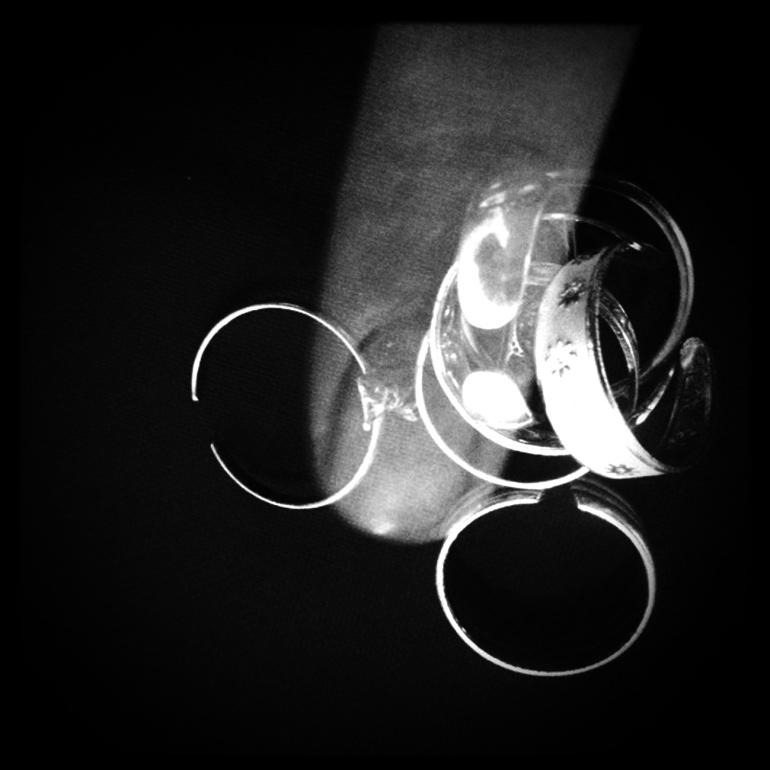 Anelli/seconda falange - Sono anelli per piedi ma per me sono analli da seconda falange. Sempre e solo lì. Inseparabili, utilissimi antistress.
